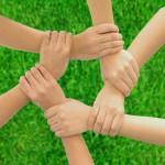 Ensemble de bras et de mains croisés