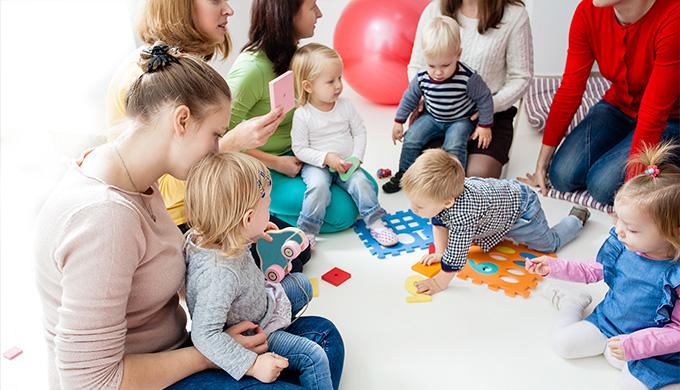 Photo de plusieurs assitantes maternelles avec des enfants