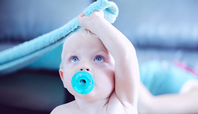 Photo d'un bébé se couvrant la tête