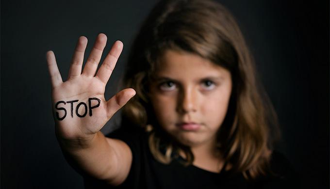 Photo d'une jeune fille levant la main pour dire stop