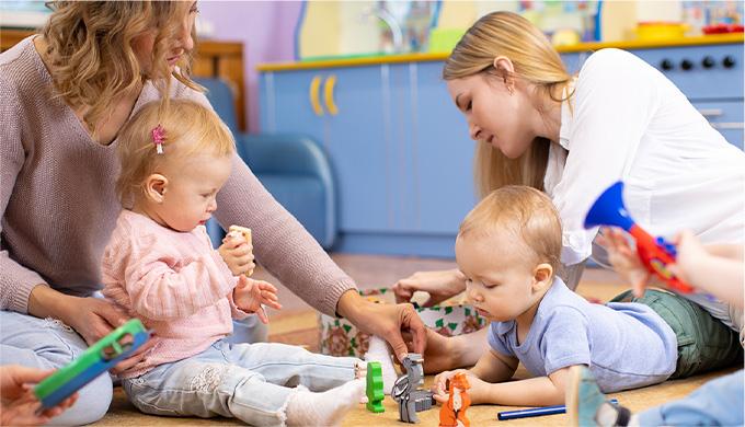 Photo de deux assitantes maternelles avec des enfants