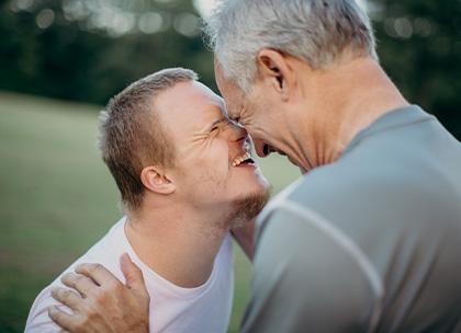 Photo d'une personne handicapée avec un éducateur