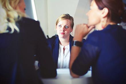 Photo d'une femme passant un entretien